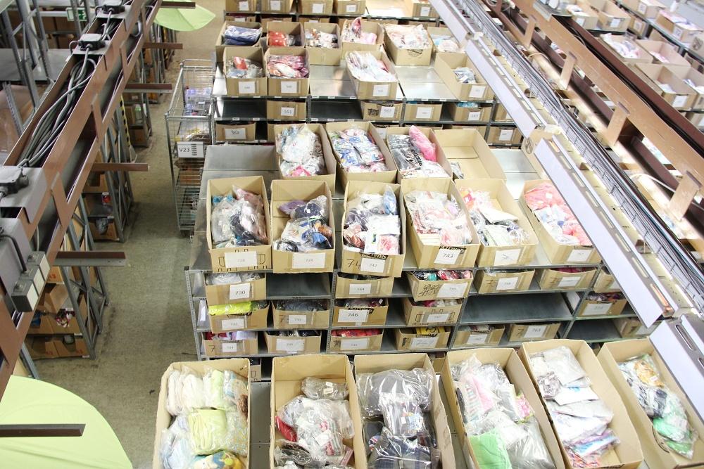 Kiido sklad: Zboží je uloženo v krabicích, které mají místo čárového kódu číslo.