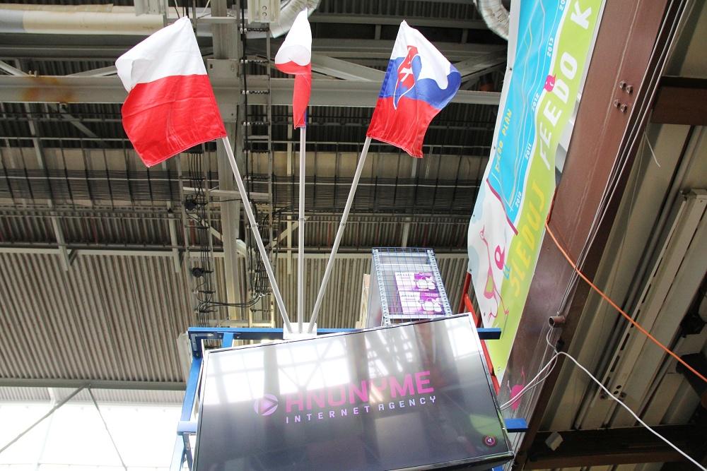 Feedo sklad: Hlavní sklad, ve kterém je uloženo již naskladněné zboží. Tři vlajky: polská, slovenská a česká.