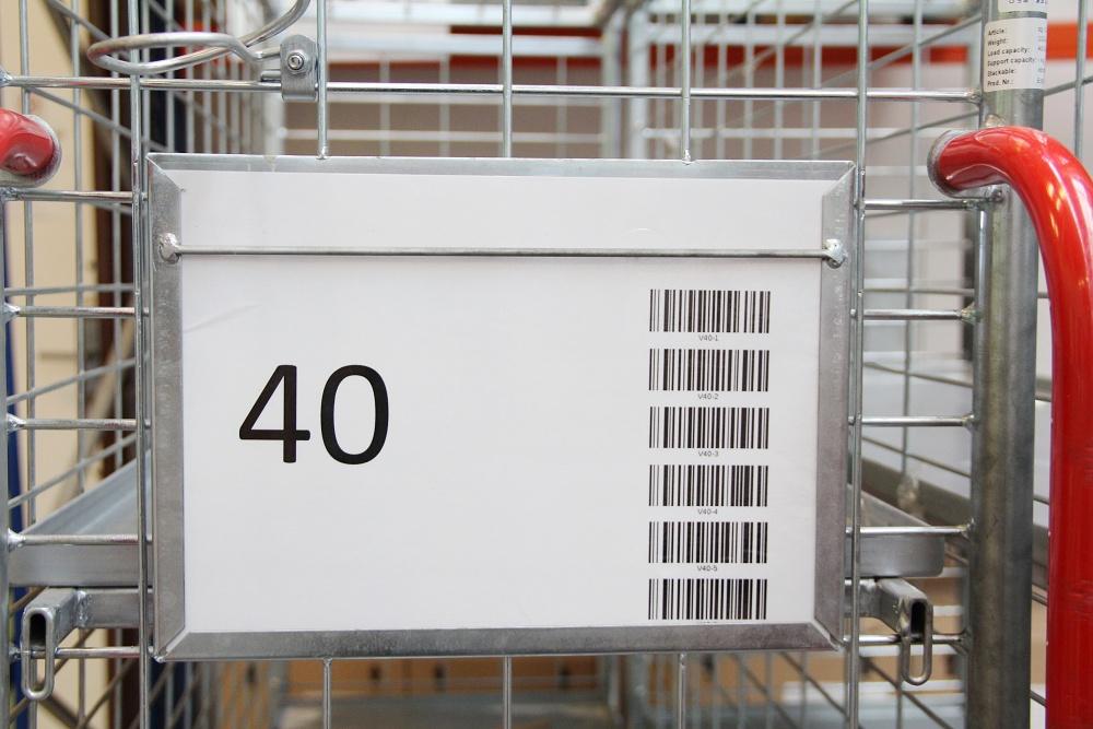 Pickování: Jak se plní objednávka. Klec číslo 40 je označena štítkem s číslem a také na něm vidíte šest čárových kódů.