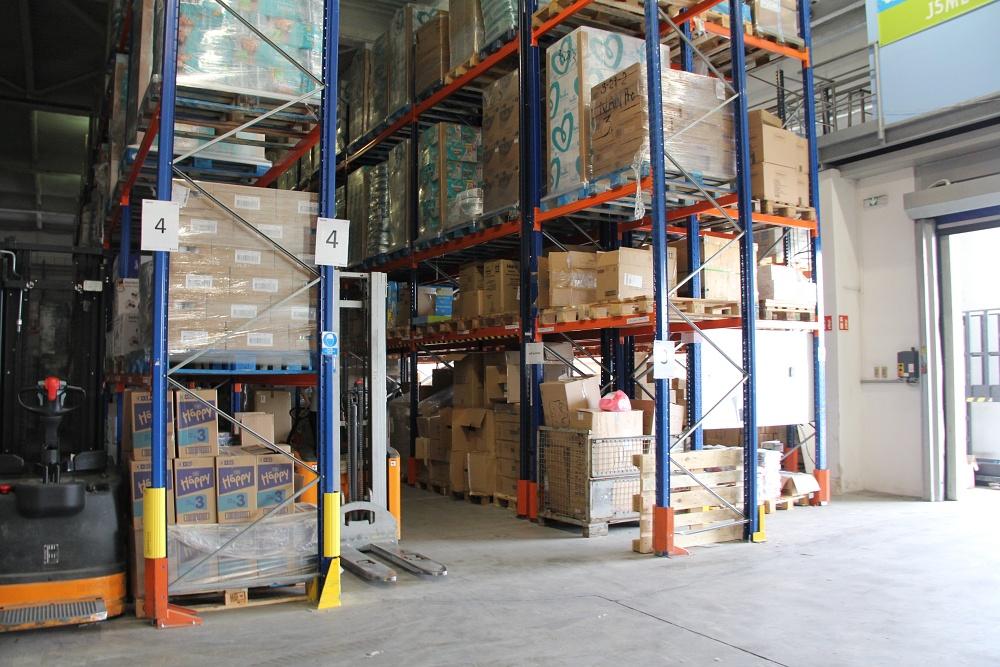 Feedo sklad: Sekce příjmu zboží. Zboží se musí naskladnit, zadat do systému a teprve poté je možné jej uložit do hlavního skladu, který je hned za rohem příjmu.