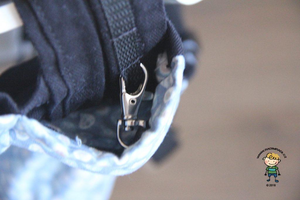 Nosítko KiBi: Karabinka, kterou se nastavuje zádová opěrka.