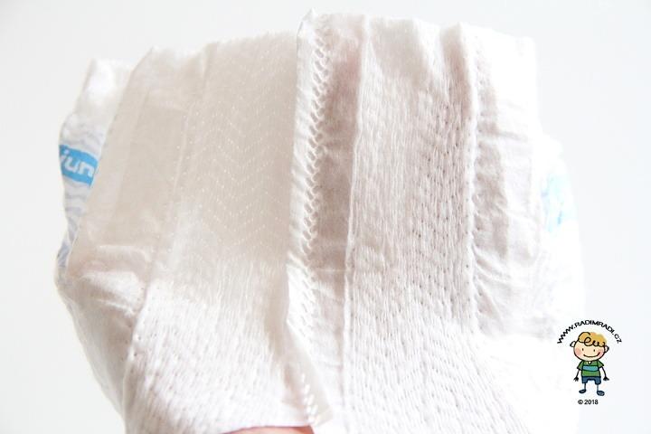 Plenkové kalhotky Babylove: Detail na gumičky v pase.