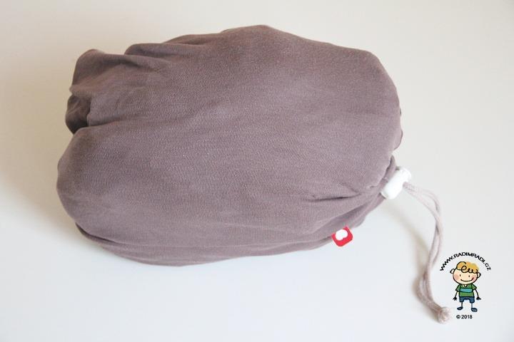 Nosítko Caboo Close: Celé nosítko se sbalí do kapsy, která slouží jako součást při nošení.