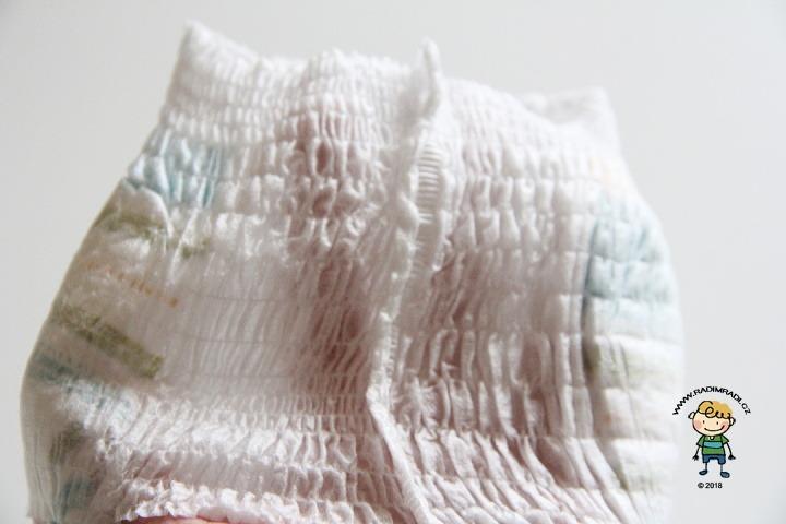 Plenkové kalhotky Huggies pants: Detail na gumičky v pase.