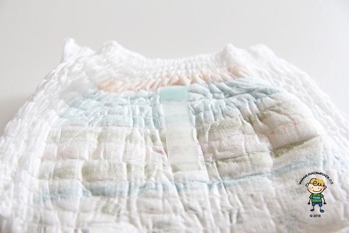 Plenkové kalhotky Huggies pants: Detail na lepící proužek.