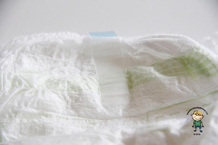 Muumi Walkers: Detail na lepící proužek na zadní straně plenkových kalhotek (pants).