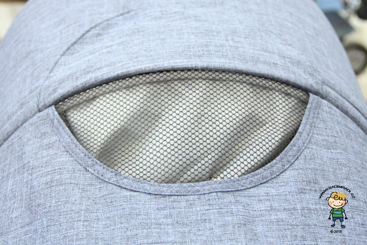 Detail na větrací okénko ve stříšce (Valco Snap4 Trend Sport Tailor Made).