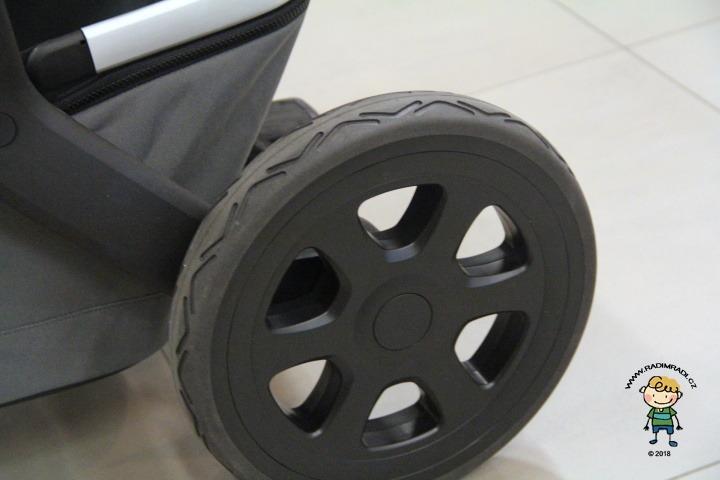 Joolz 2 Geo: Detail na zadní kolečko.