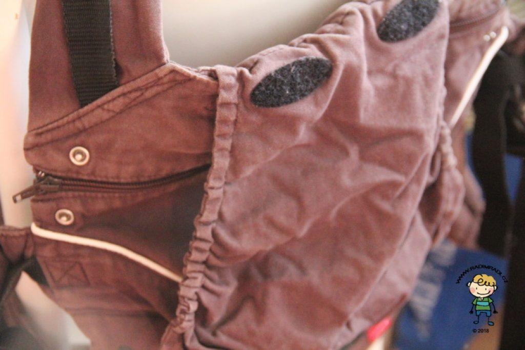 Detail na kapucu, která se schová do kapsičky.