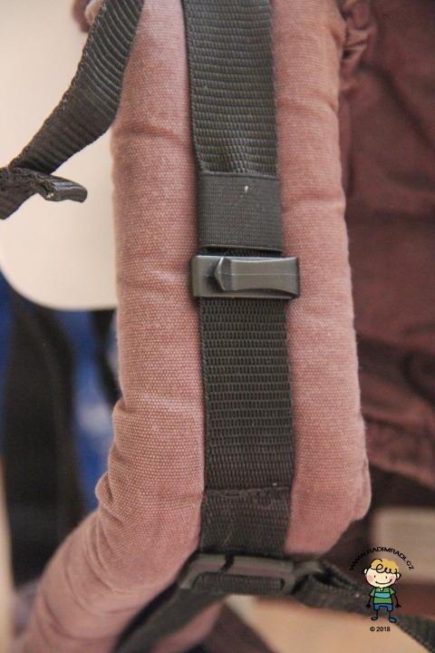 Ramenní popruhy jsou středně silné - detail na jistící plastový úchyt, za který se zahákne kapucka.