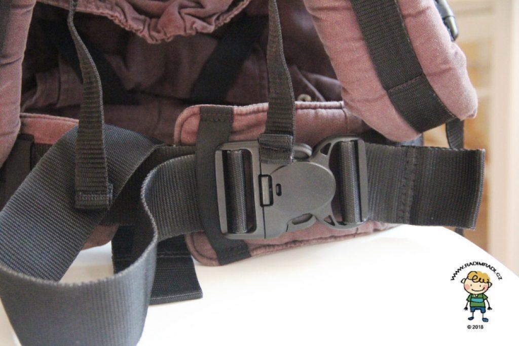 Spona na bederním pásu má zámek a jistící gumičku.