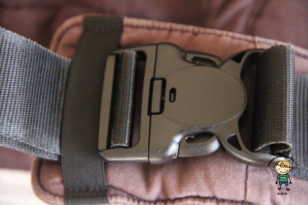 Manduca PureCotton: Spona na bederním pásu je jištěna zámkem a gumičkou. Je kvalitní a nerozepíná se.