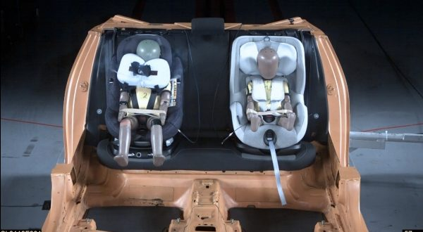 První autosedačka s airbagy Maxi Cosi Airbag (vlevo).